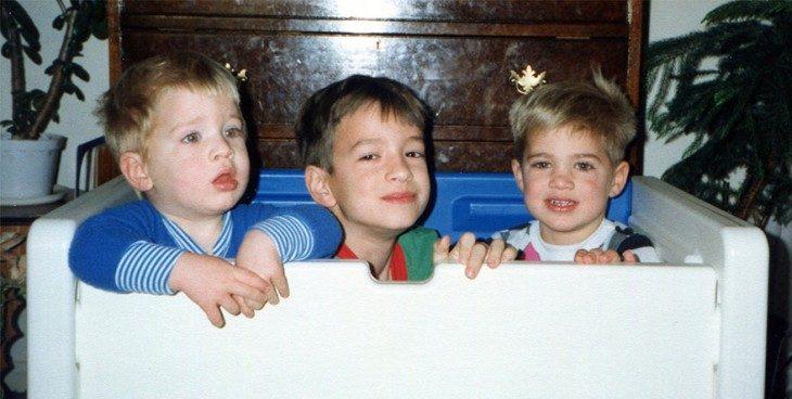 Niños sentados dentro de una hielera