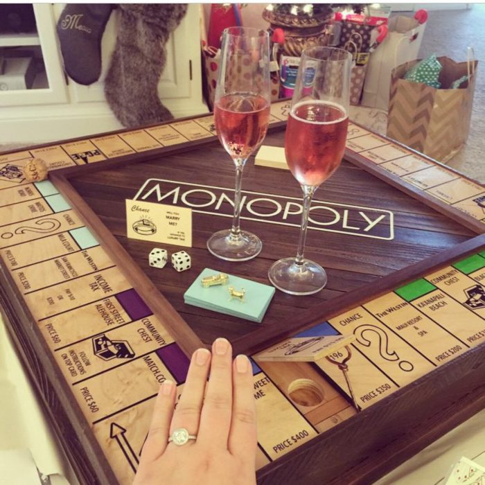 juego de monopolio con propuesta de matrimonio y anillo de compromiso