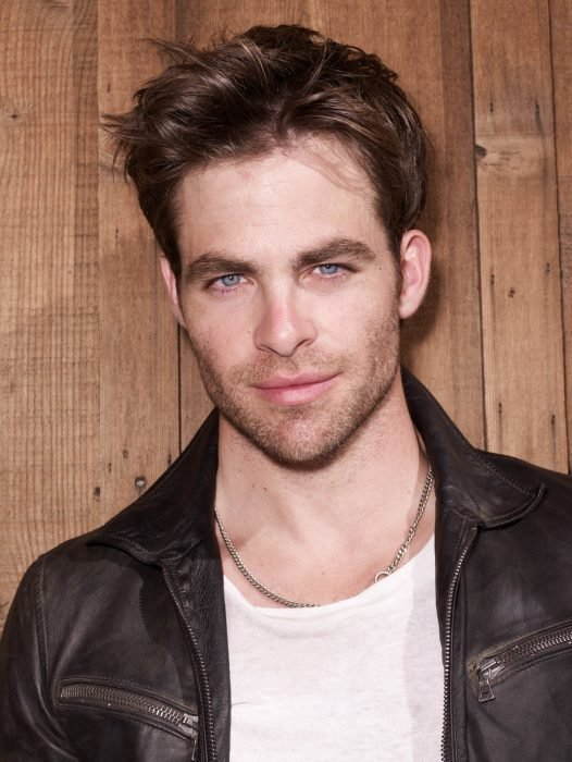 Actor chris pine recargado sobre una pared