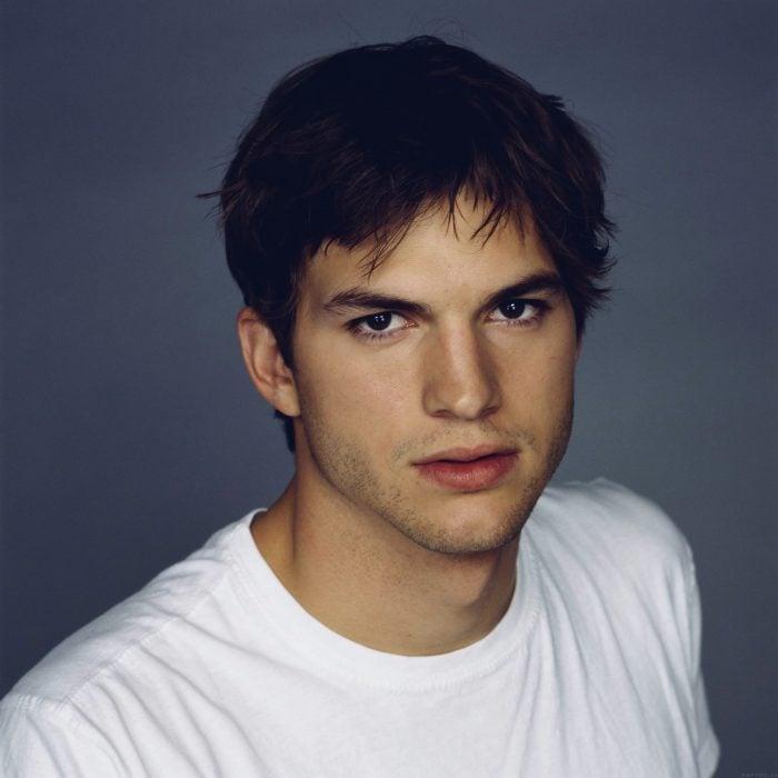 Ashton kutcher en una alfombra roja