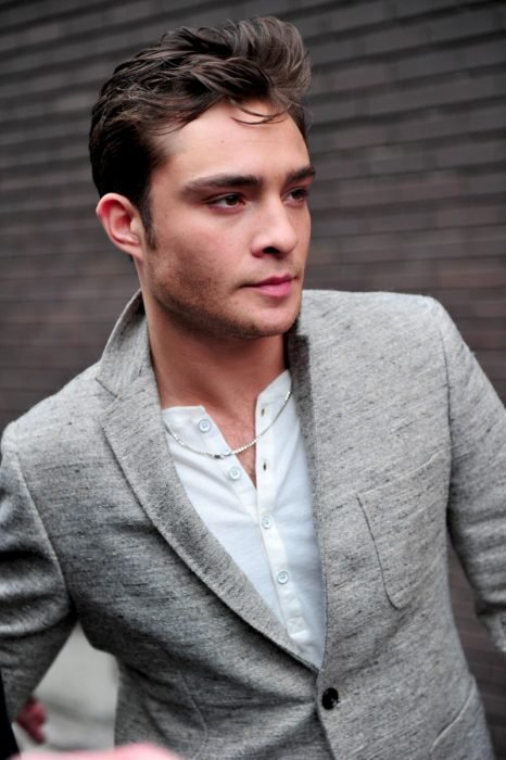 actor de gossip girls chuck bass posando para una foto