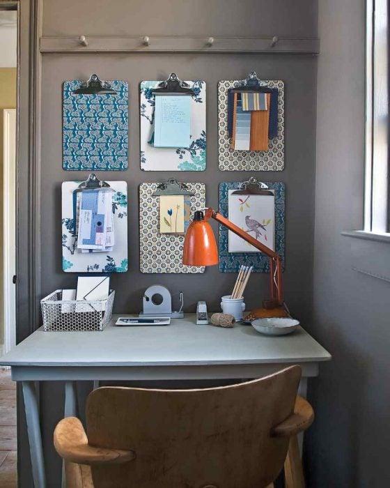 escritorio con tablas con pinzas