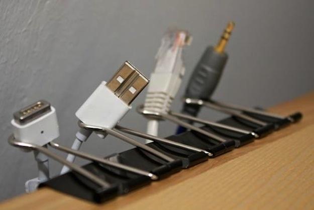 clips colocados en orilla de mesa para guardar cables