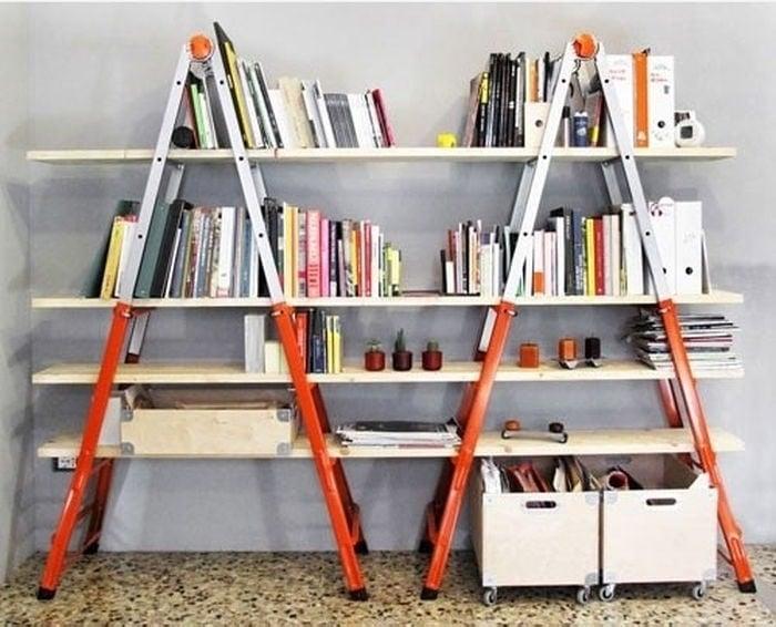 librero hecho con escaleras de mano y tablas