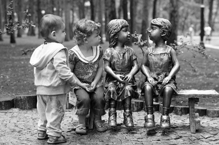 Niños poniendo atención a unas estatuas