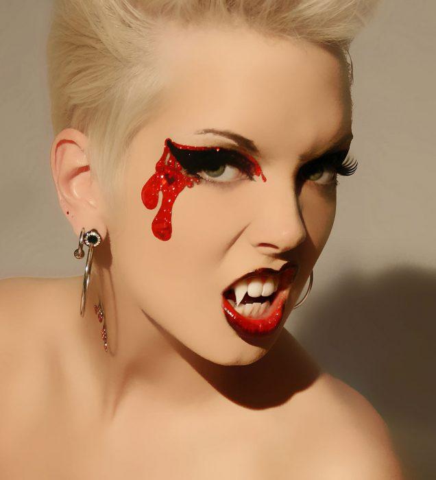 Chica con maquillaje para halloween vampiresa con colmillos