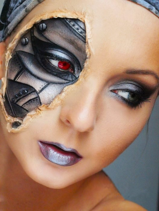 Chica con maquillaje para halloween con un pedazo de la cara como robot