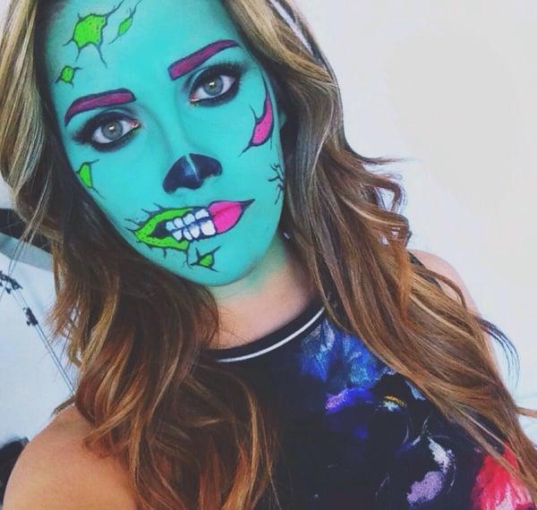 Chica con maquillaje para halloween como una zombie