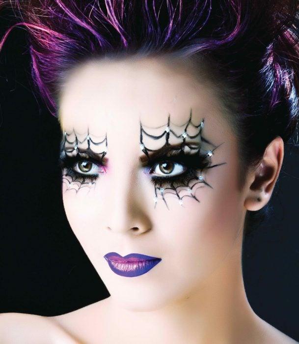 Chica con maquillaje para halloween con telarañas en los ojos