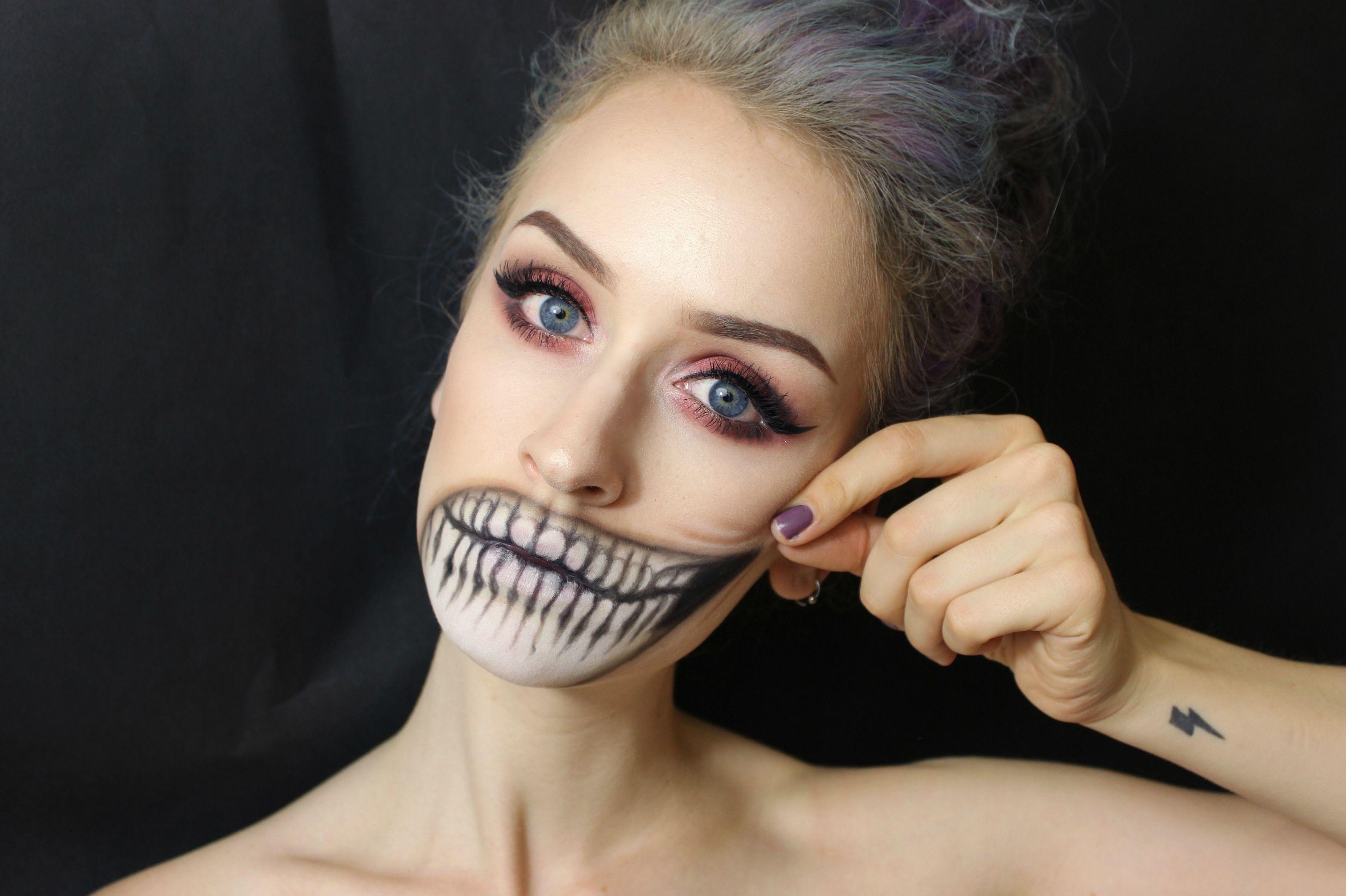 chica con maquillaje para halloween con la boca en forma de calavera - Maquillaje Halloween