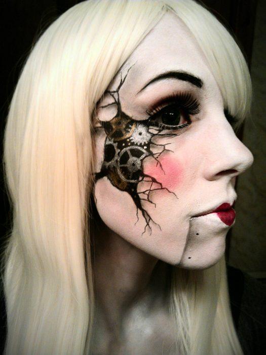 Chica con maquillaje para halloween con un engrane en el cachete