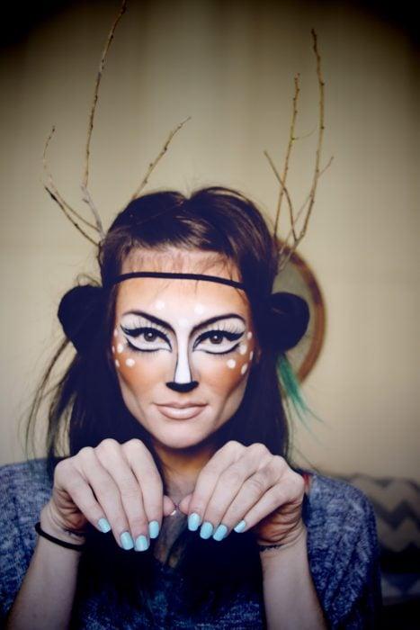Chica con maquillaje para halloween como un venado