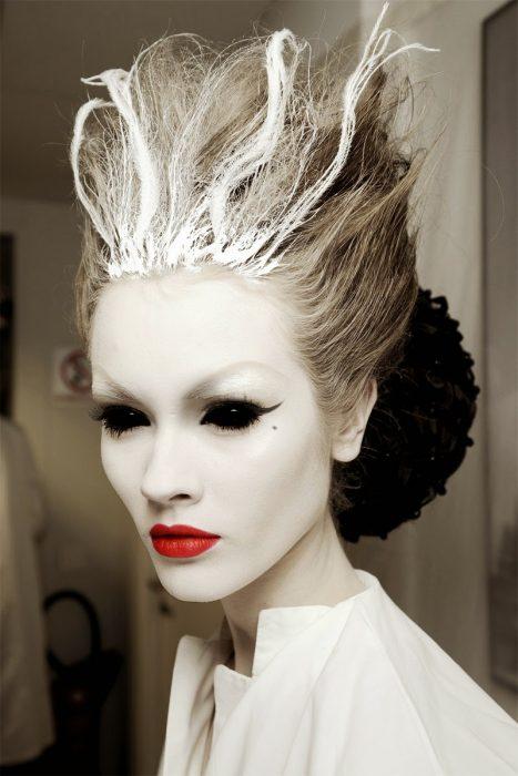 Chica con maquillaje para halloween como una vampiresa