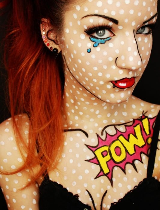 Chica con maquillaje para halloween como pop art