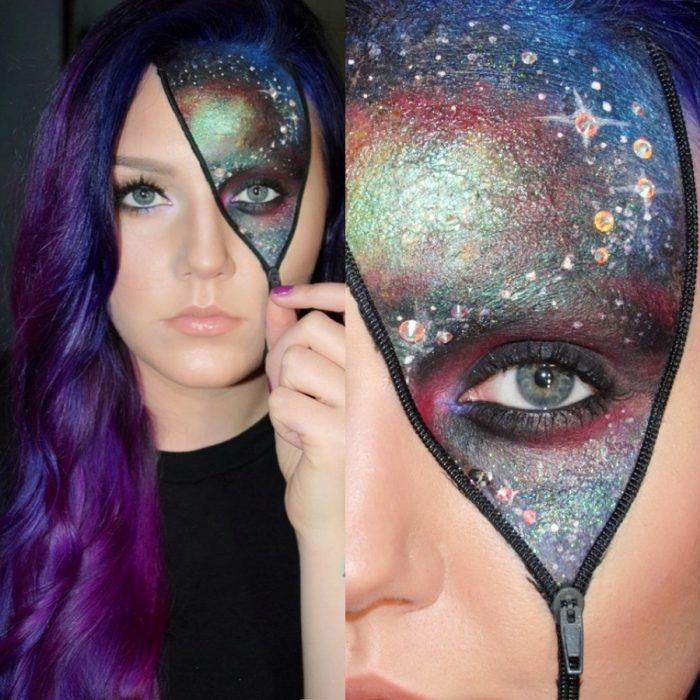 Chica con maquillaje para halloween con un cierre y la mitad del rostro como una galaxia