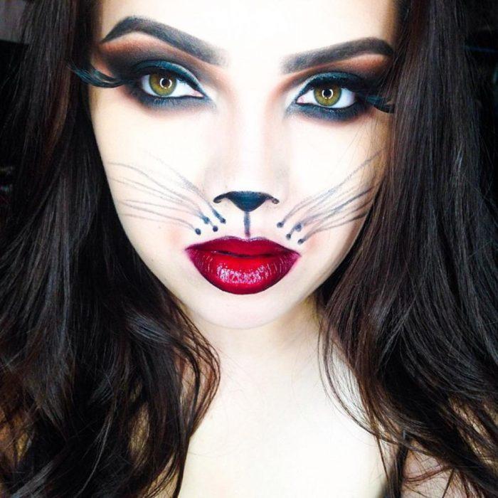 Chica con maquillaje para halloween de gato