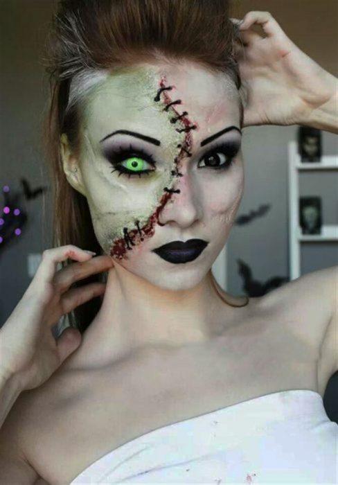 Chica con maquillaje para halloween como zombie sin la mitad de la cara