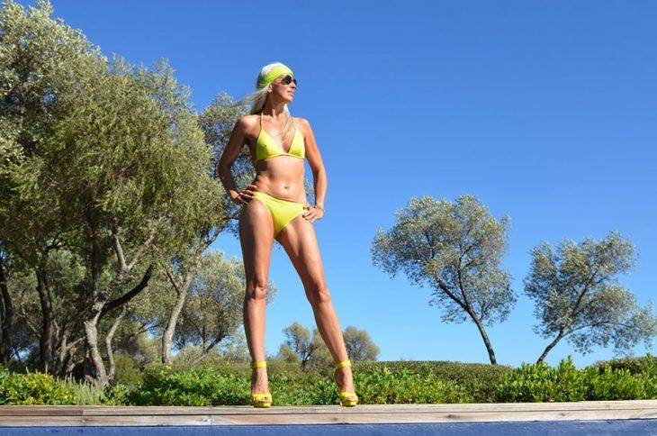 Modelo de 59 años de edad posando para una sesión de fotos en bikini