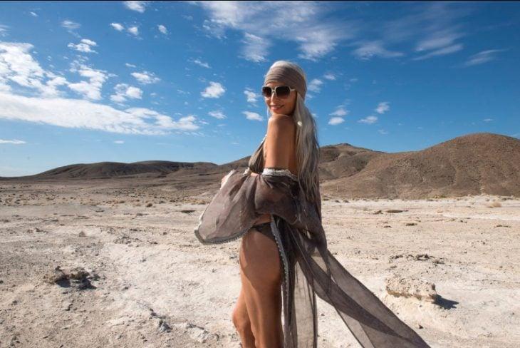 Modelo de 59 años de edad en una sesión de fotos en el desierto