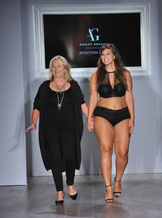 modelo talla grande en pasarela Ashley Graham