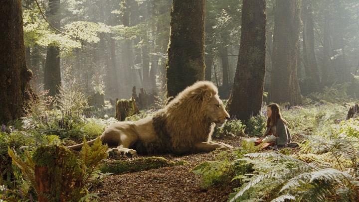 Escena de la película narnia, aslan junto a la pequeña luci