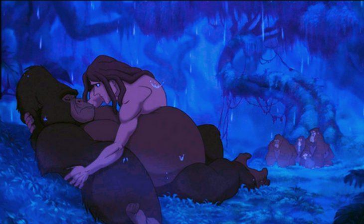 Escena de la película tarzan cuando matan al lider de los gorilas