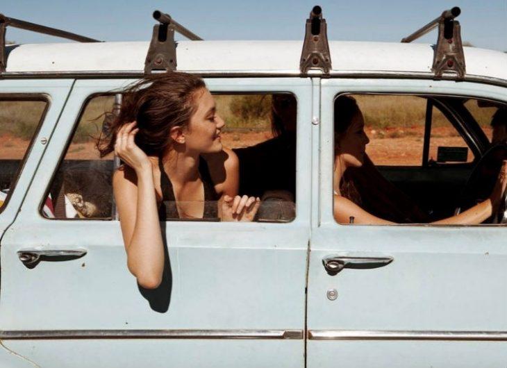 chica por la ventana viajando en una camioneta vieja
