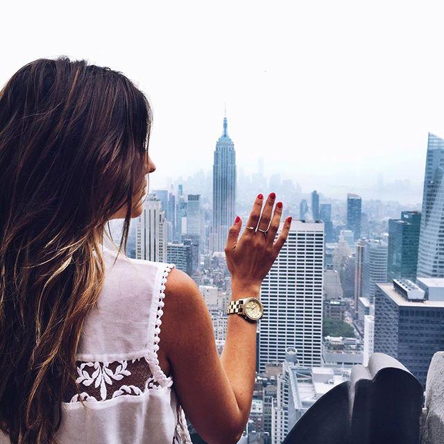 chica en edificio viendo la ciudad