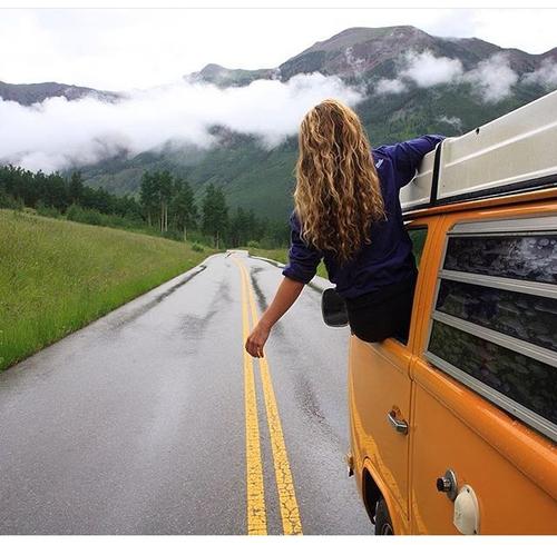 Chica en camino combi amarilla