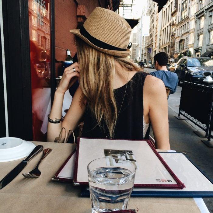 chica comiendo en la calle
