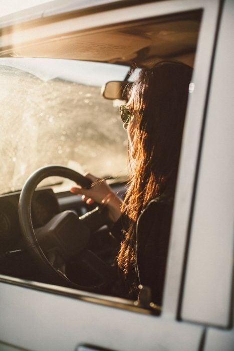 chica conduciendo