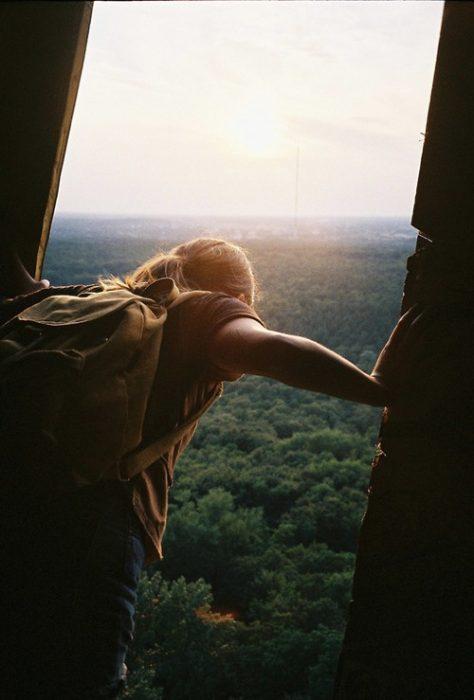 chica a punto de saltar en paracaídas