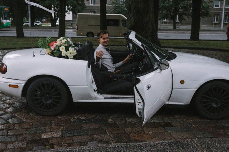 Fotógrafa tomo las fotos de su propia boda mientras su marido la espera dentro de un carro