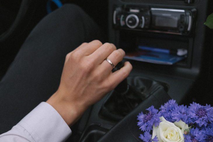 Fotógrafa tomo las fotos de su propia boda mientras observa el anillo de matrimonio de su esposo