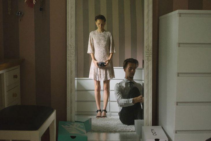 Fotógrafa tomo las fotos de su propia boda arreglándose frente a un espejo
