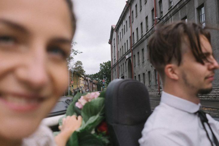 Fotógrafa tomo las fotos de su propia boda mientras va en el coche con su marido