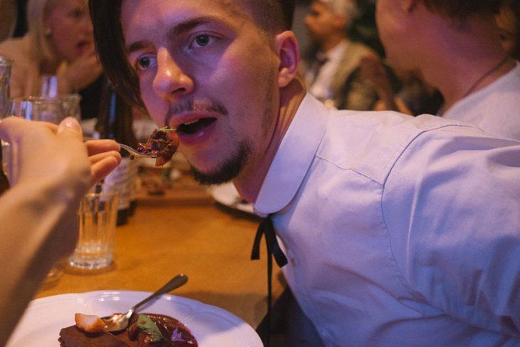 Fotógrafa tomo las fotos de su propia boda mientras le da de comer a su marido