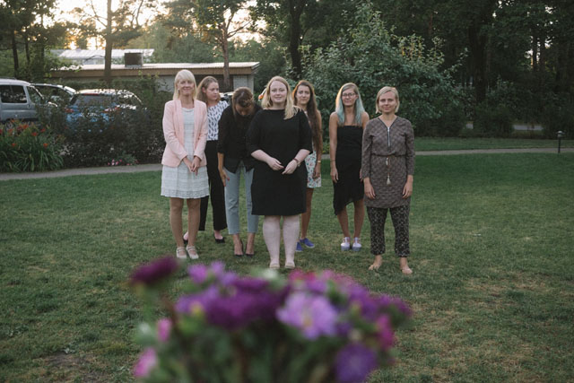 Fotógrafa tomo las fotos de su propia boda mientras está junto a sus amigas