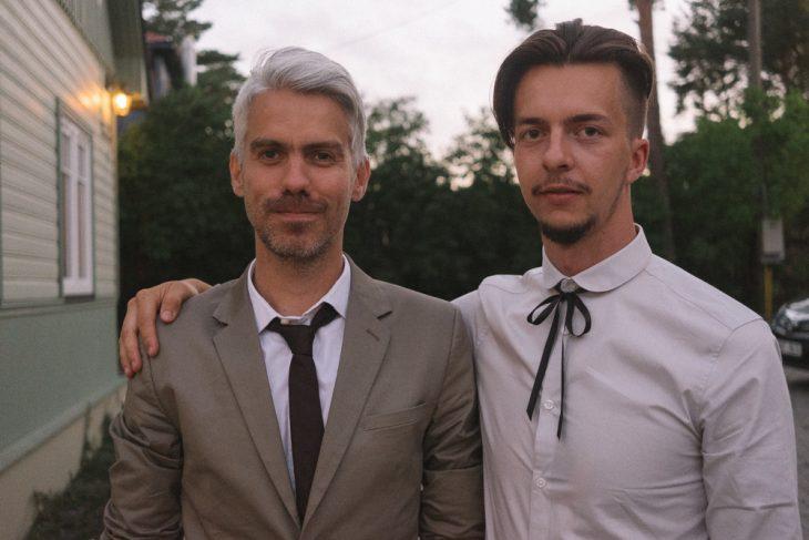 Fotógrafa tomo las fotos de su propia boda mientras el novio está junto a su padre