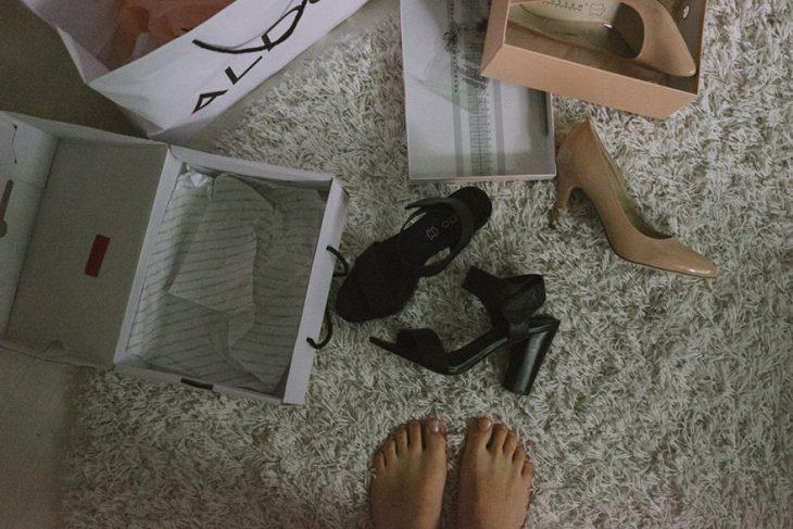 Fotógrafa tomo las fotos de su propia boda mientras elige sus zapatos