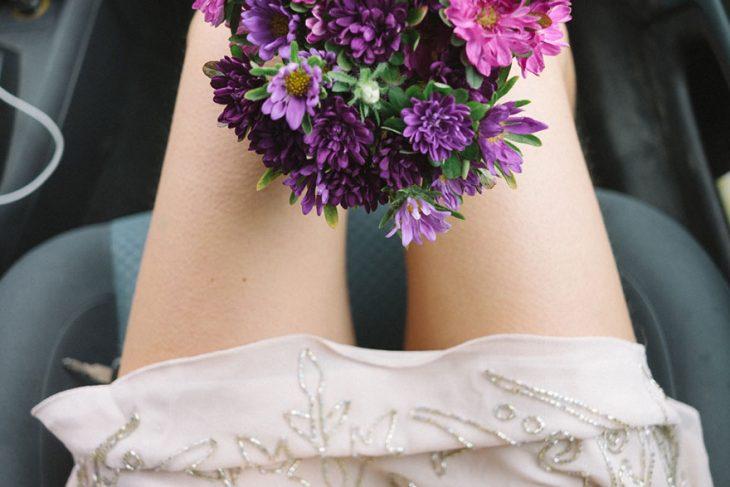 Fotógrafa tomo las fotos de su propia boda mientras observa su ramo de flores