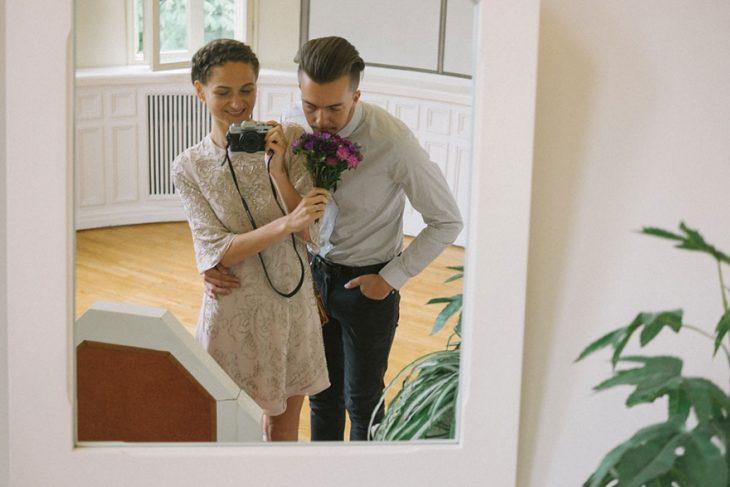 Fotógrafa tomo las fotos de su propia boda mientras está junto a su novio