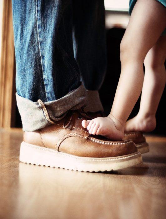 Pies de padre e hija bebé