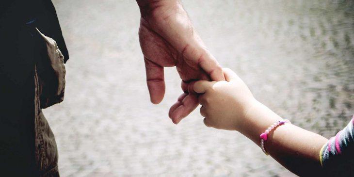 manos de papá e hija