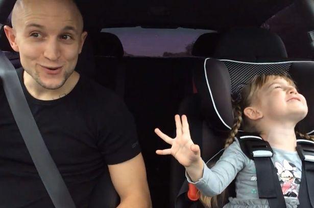 padre e hija cantando en el coche