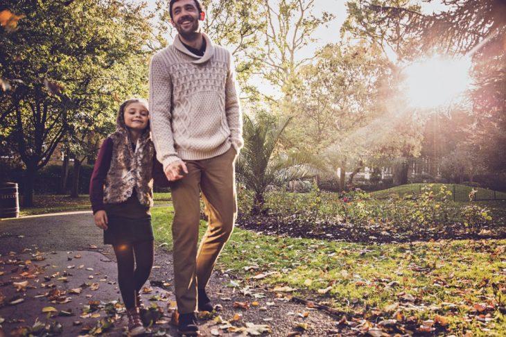 padre e hija caminando