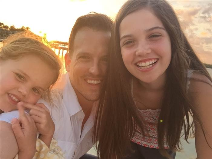 papá con hijos sonriendo