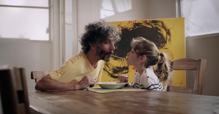 padre e hija comiendo spaguetti