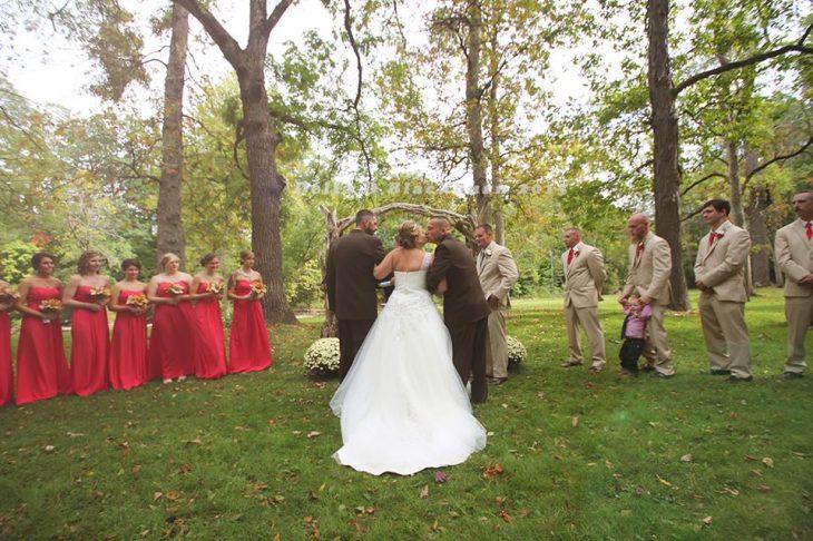 Brittany Blackburn en el altar con su padre y padrastro