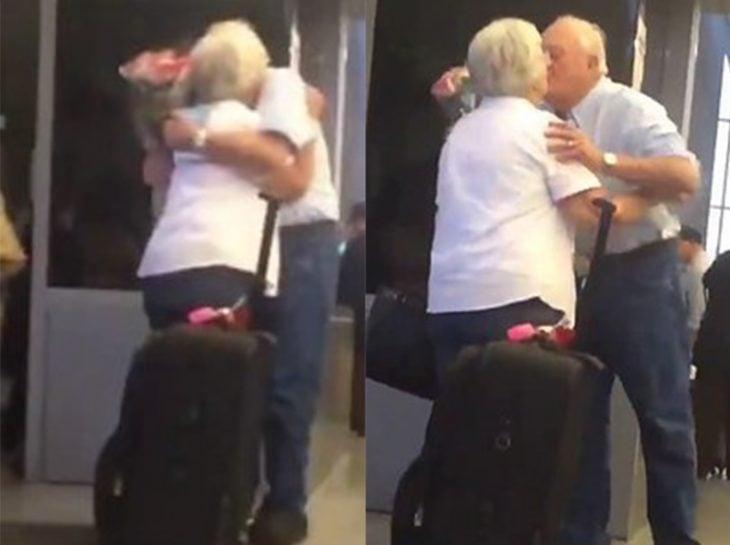 pareja de ancianos besándose en el aeropuerto